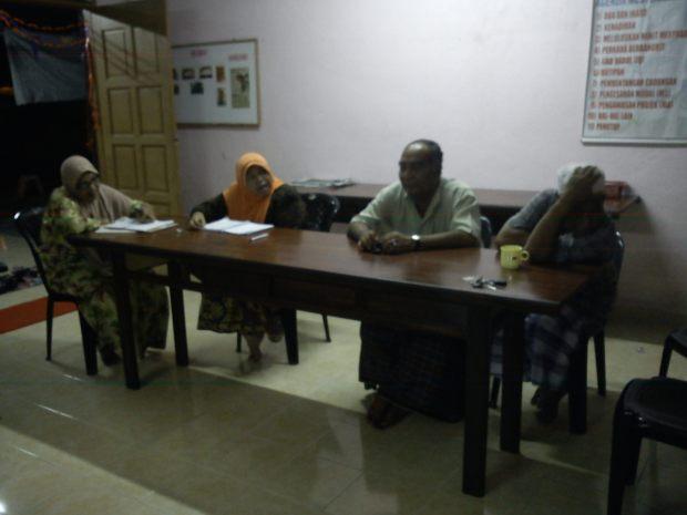 Puan Ragayah sedang mempengerusikan perjumpaan.